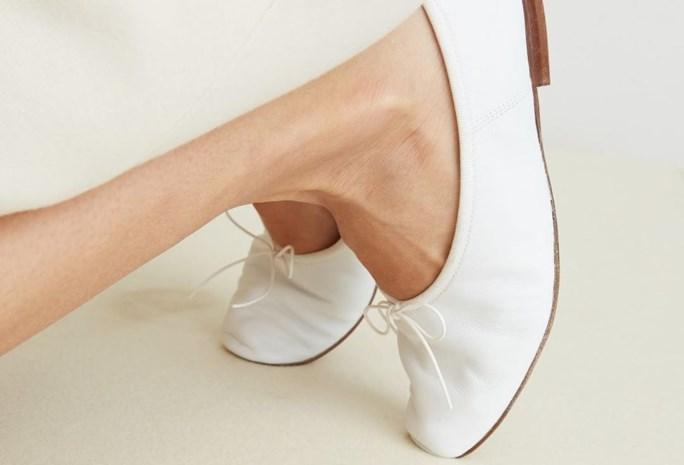 Modehuis toont schoenen, maar aandacht gaat volledig naar bizar been van model