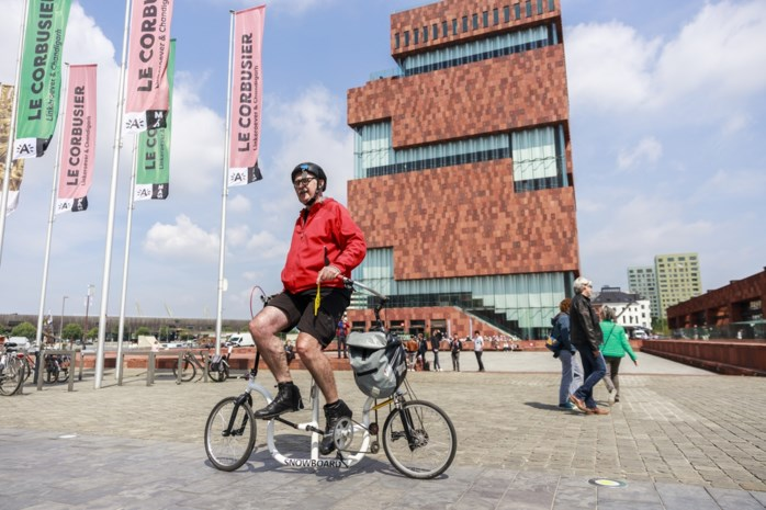 """Ierse uitvinder toert met snowboardbike door Antwerpen: """"Revolutionairste aanpassing van de fiets in 200 jaar"""""""