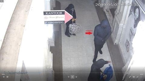 Inbrekers roven juwelierszaak leeg: politie op zoek naar tips