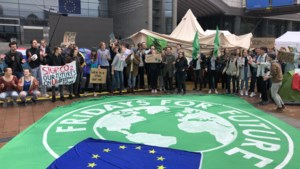 Vijftigtal klimaatjongeren brengt nacht door voor Europees Parlement