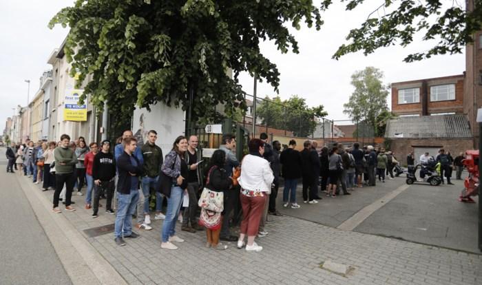 Waarom staat er aan het ene kieslokaal een lange rij wachtenden en in het andere niet?