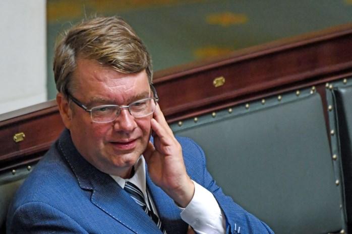 "Jan Penris (Vlaams Belang) geeft ""per ongeluk"" hartje aan Hitlergroet"