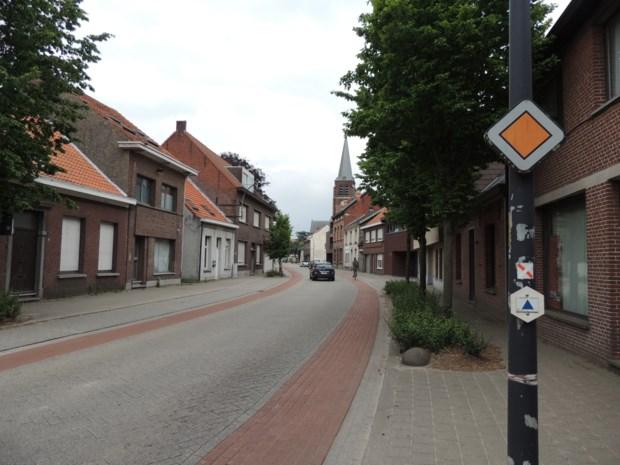 Bewoners Dorpsstraat klagen over lawaai: AWV vervangt klinkers door asfalt