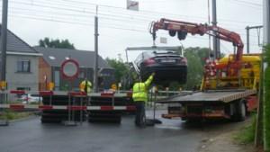 Automobiliste verplaatst signalisatie en rijdt zich dan vast op gesloten spoorweg