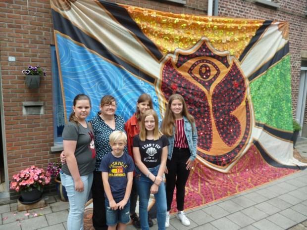 Buurt versiert 24 m² grote Tomorrowlandvlag en verkoopt ze voor goed doel