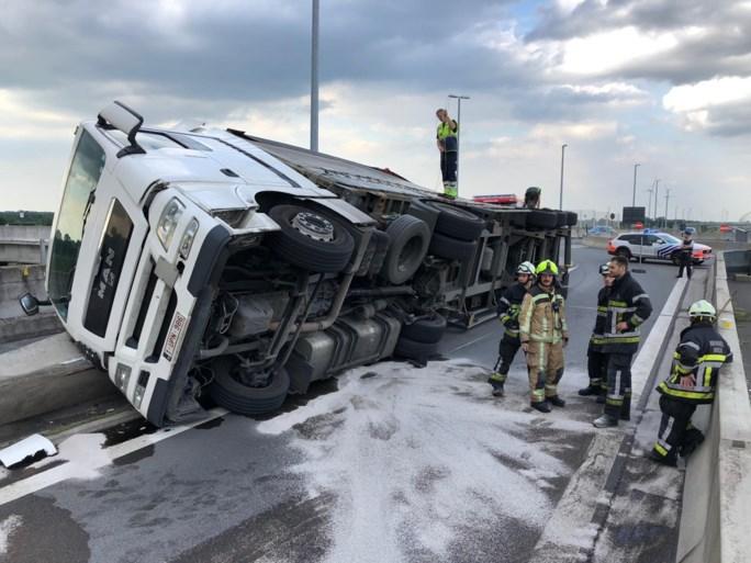 Oprit E19 in Brecht vijf uur lang afgesloten door gekantelde vrachtwagen