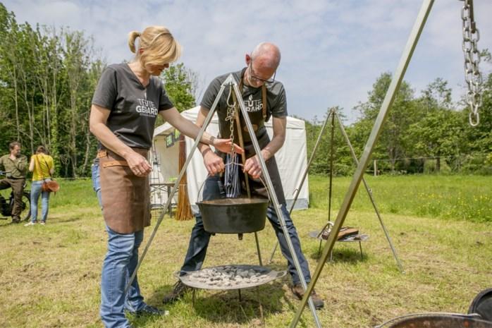 Bushcraft is in: Teute Gerard kookt op verplaatsing in gietijzeren potten