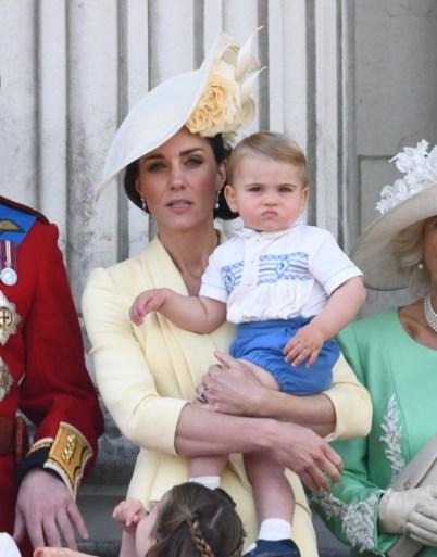 33 jaar later: prins Louis draagt dezelfde outfit als prins Harry tijdens verjaardag Britse Queen