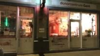 Activisten besmeuren Gents bloeddonorcentrum wegens 'transfoob beleid' Rode Kruis