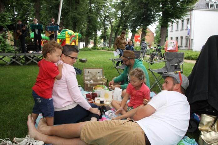 Picknick op het dorpsplein