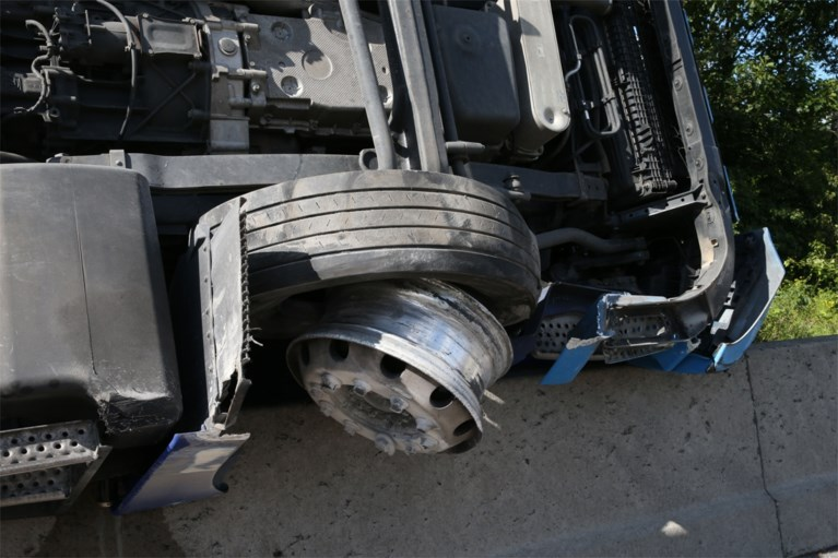 Vrachtwagen gekanteld op E34, weg urenlang versperd door gemorst fruitsap