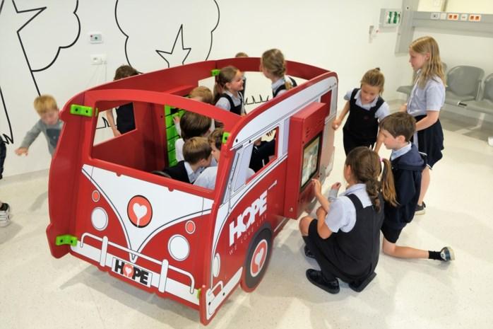 Klina krijgt minibusje cadeau dankzij benefiet Sint-Ludgardis