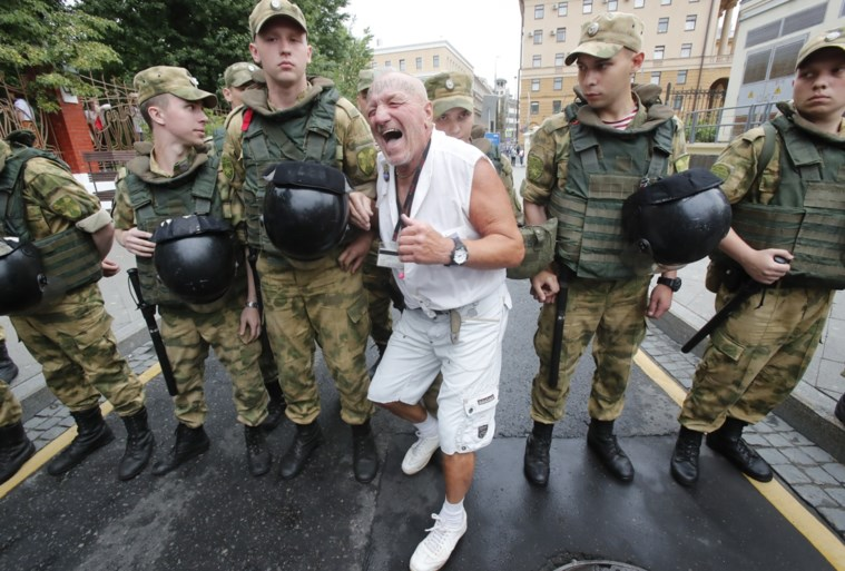 Bijna honderd arrestaties tijdens steunbetuiging voor Goloenov