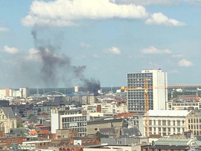 Brand in buurt van Sportpaleis: rookpluim van ver te zien