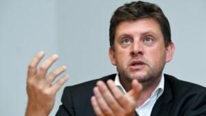 John Crombez vraagt en krijgt uitzondering op eigen cumulverbod: voorzitter van SP.A én Kamerlid