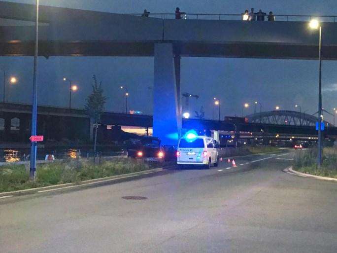 Wagen crasht tegen brug na wilde achtervolging door politie
