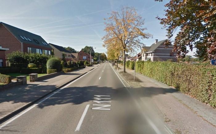 Fietser belandt op weg na botsing en wordt opgeschept door wagen: man (70) in kritieke toestand afgevoerd
