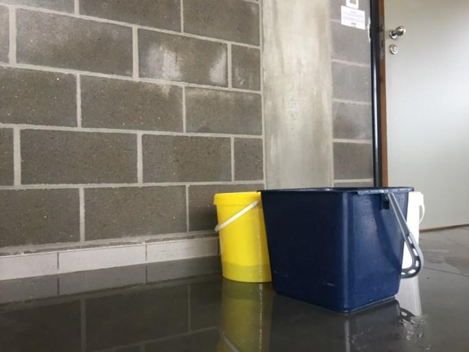 Regenwater loopt binnen in sporthal van Heist-op-den-Berg, ook op andere plaatsen overlast