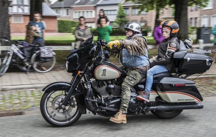 Turnhout op stelten: ronkend eerbetoon aan communicant Harley Davidson