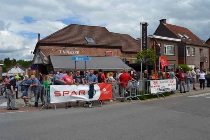 """Wielrensters en supporters geven het beste van zichzelf tijdens Flanders Diamond Tour: """"Het is hier net een buurtfeest"""""""