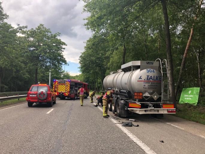 Bejaard koppel lichtgewond bij botsing tegen geparkeerde tankwagen