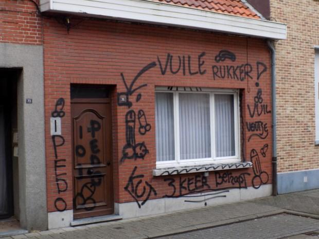 """Turnhoutse politie lanceert oproep naar getuigen: """"Wie heeft die gevel beklad met vulgaire opschriften?"""""""