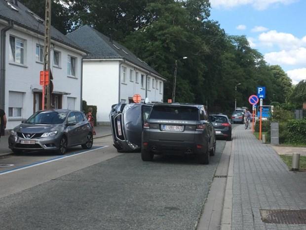 Auto belandt op zij: bestuurder gewond