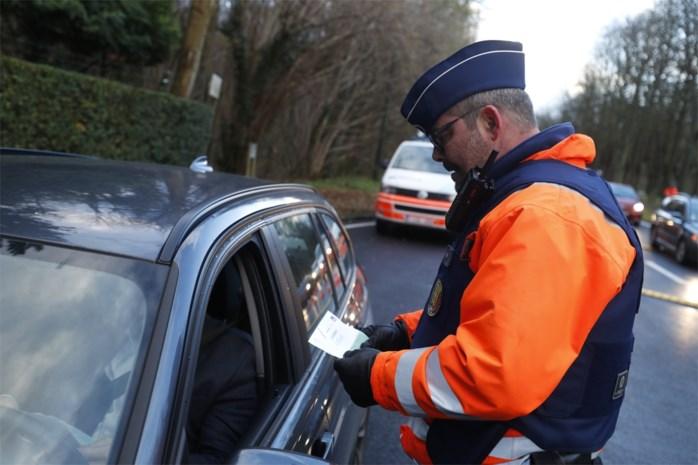 Dronken fietser rijdt tegen geparkeerde auto, drie automobilisten hebben geen rijbewijs