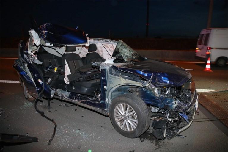 Auto rijdt in op vrachtwagen, bestuurder lichtgewond