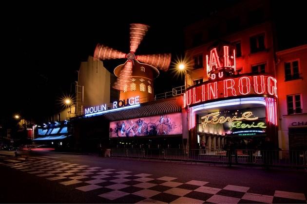 Deze zomer kun je films meepikken op het dak van de Moulin Rouge