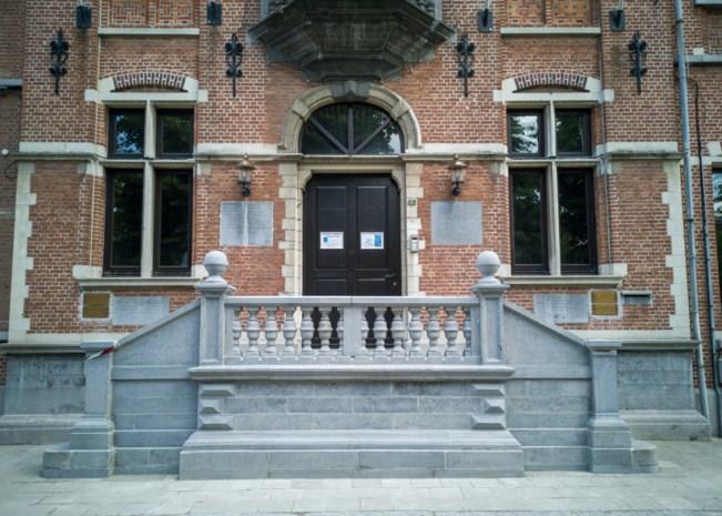 Gemeentehuis weer via trap toegankelijk