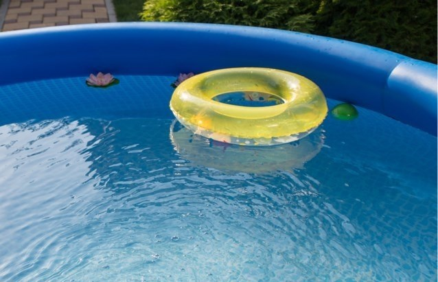 """Peuter (2) bijna verdronken in zwembad: """"Moeder minuutje naar binnen om voor baby te zorgen"""""""