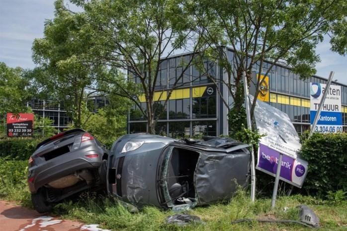 Twee auto's belanden in de berm bij botsing op Prins Boudewijnlaan