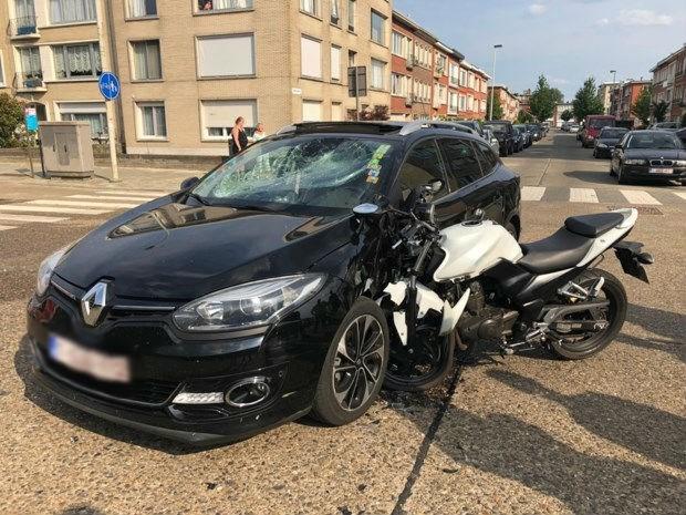 Motorrijder in levensgevaar na botsing in Deurne