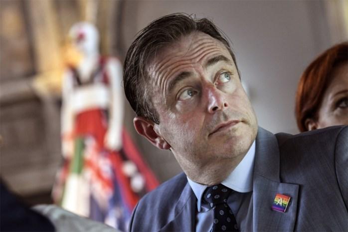 Eén maand na de verkiezingen: hoe lang kan N-VA nog blijven praten met Vlaams Belang?