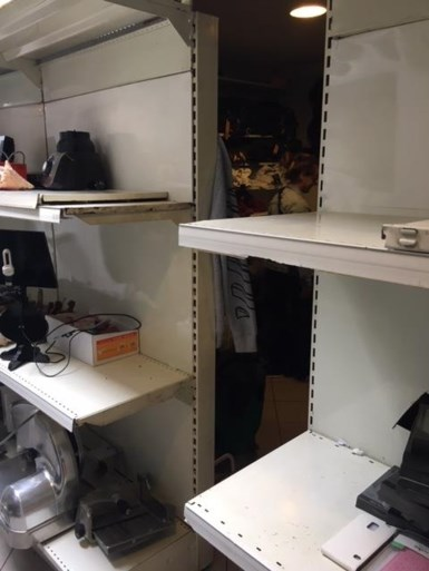 Politie ontdekt verborgen winkels vol namaakkledij: duizenden stuks in beslag genomen