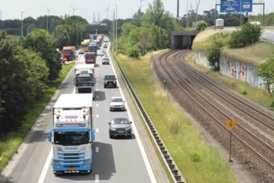 Minister Weyts schaart zich achter streng inhaalverbod voor vrachtwagens op A12