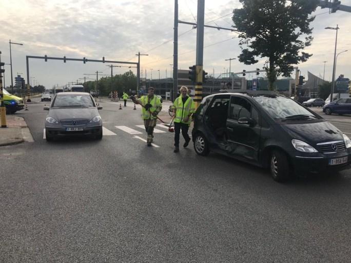 Bestuurder rijdt door rood en belandt op zijkant op kruispunt Wijnegem Shopping Center