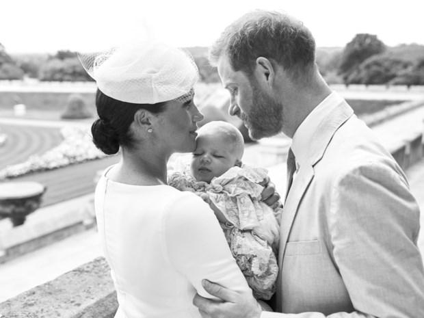 Prins Harry en Meghan Markle tonen foto's van gedoopte baby Archie
