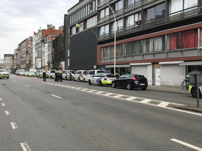 Politie schiet man dood na incident met steekwapen in appartementsgebouw