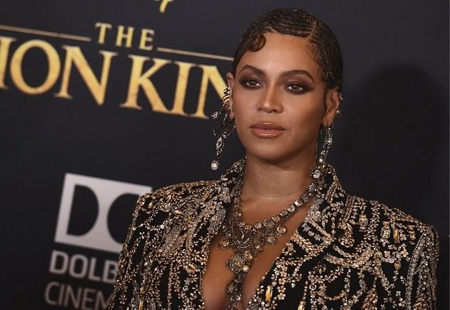 Beyoncé en Blue Ivy stralen in matchende outfits op première 'The lion king'