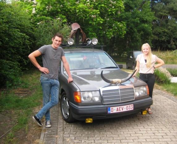 Rallyauto als eerbetoon aan Bobbejaan: paardenzadel op het dak en horens op de motorkap