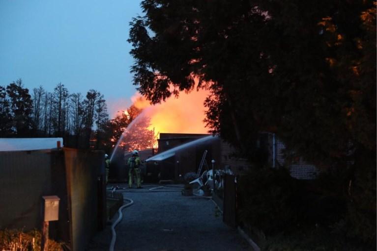 Schuur vol hooi vat vuur: gebouw volledig vernield