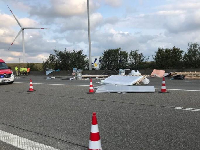 Zware hinder op E34 door ladingverlies en ongeval: bestuurder als bij wonder ongedeerd
