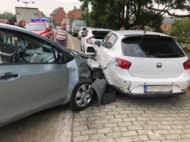 Wesp in auto leidt chauffeur af: twee lichtgewonden en heel wat schade