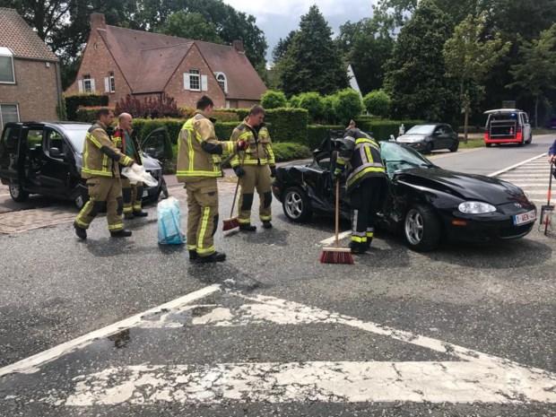 Twee lichtgewonden bij botsing op kruispunt