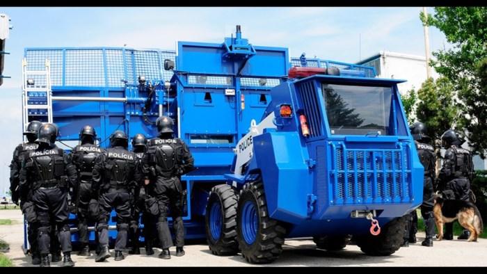 """Politie laat """"innovatief"""" voertuig voor betogingen ontwikkelen: vrachtwagen met 'dam' tegen relschoppers"""