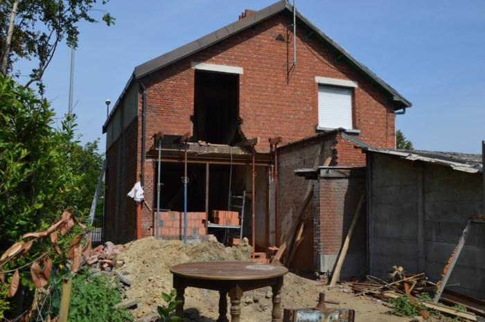 Zwartwerkers vluchten over dak weg bij illegale verbouwing