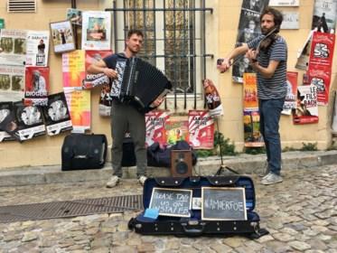 """Antwerpse straatmuzikanten zetten pleintje in Avignon op stelten: """"We betalen onze reis met muziek"""""""