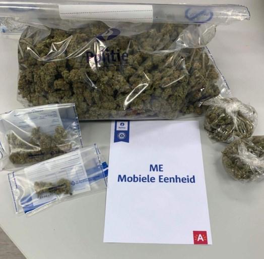 Vluchtende bestuurder gooit meer dan kilo cannabis uit auto